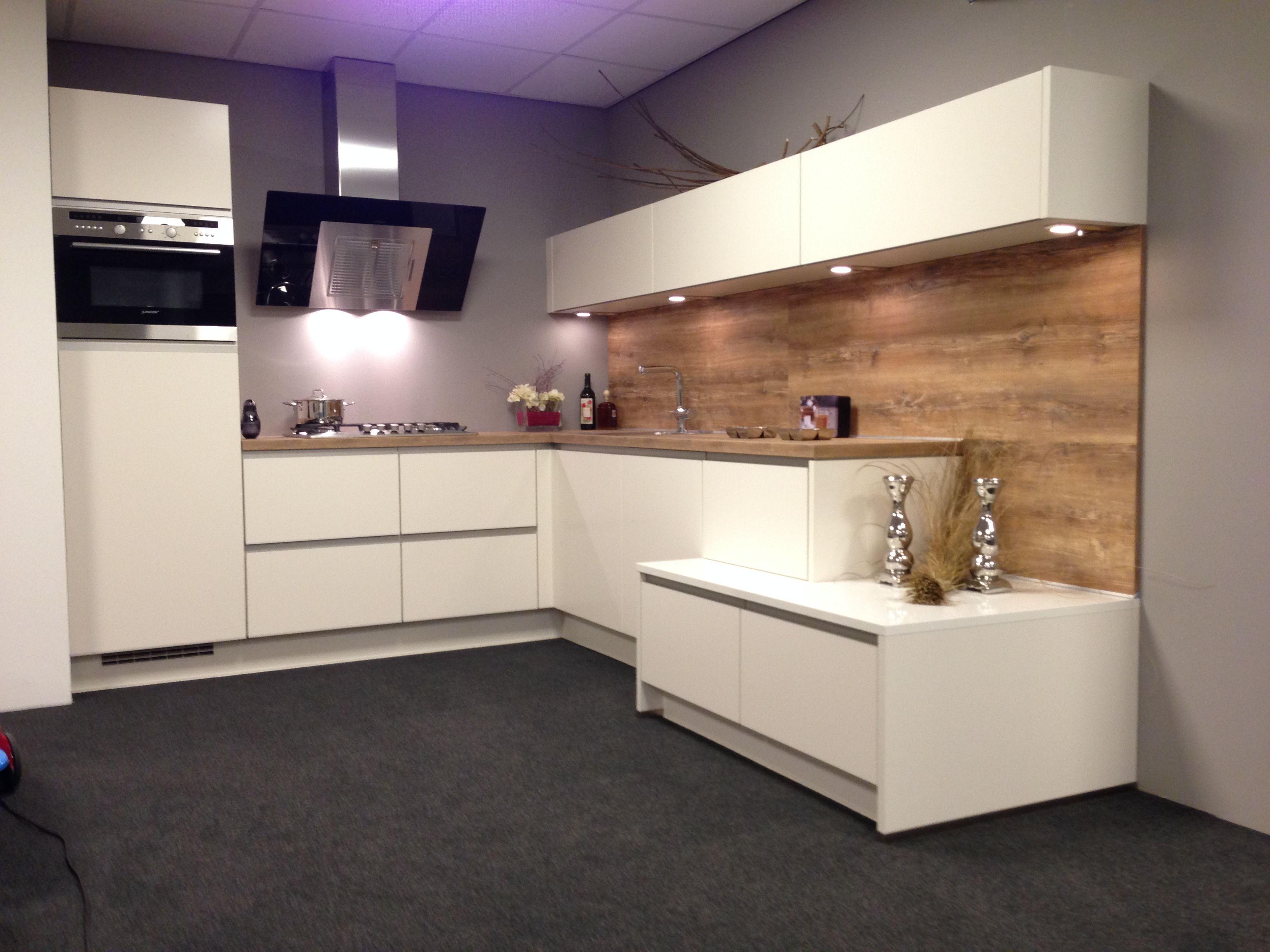 Uitschuifbaar Werkblad Keuken : Fraaie stoere design keuken. hoogglans greeploos wit met een