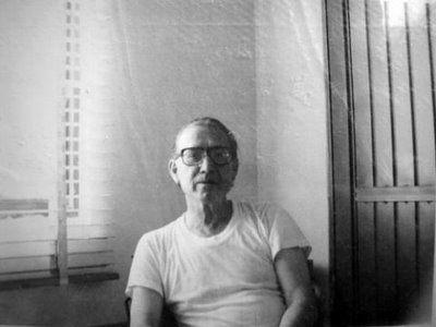 """""""... y envejezco de no poder hacer más que la vida, amarga a boca llena"""" Abigael Bohórquez"""