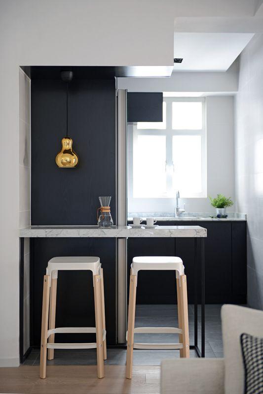 Petite cuisine noire et blanche ouverte, un espace optimisé, une