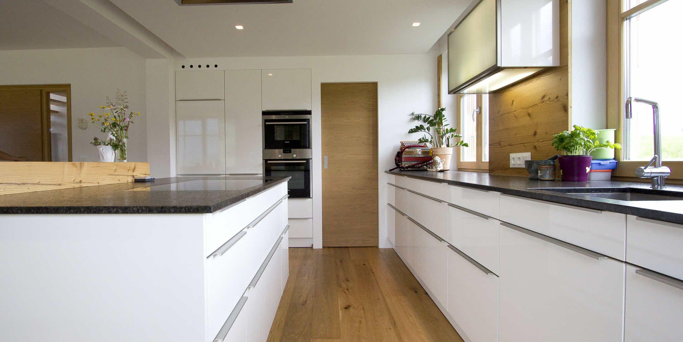 Weiße, zeitlose ewe Küche (c) Küchenstudio Laserer | Kitchen Ideas ...
