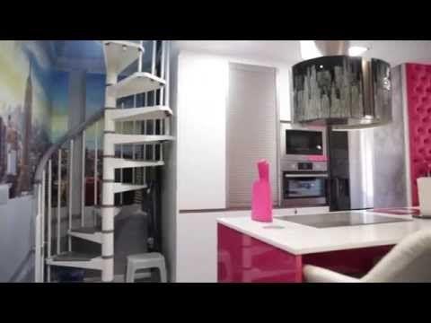 Video de cocinas integrales modernas blanca y fucsia con tirador