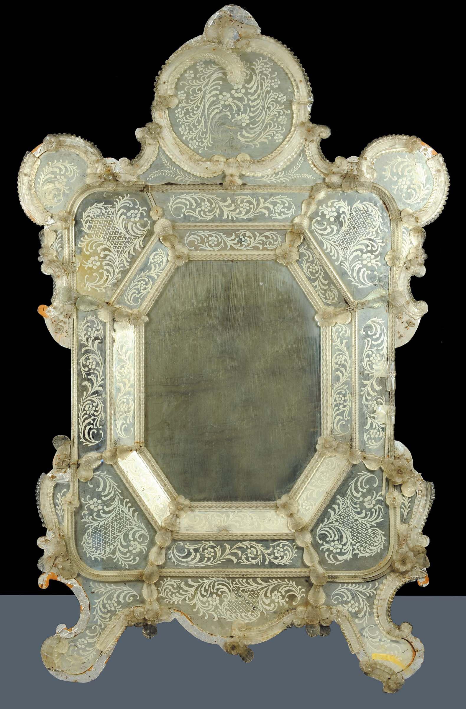 Grande specchiera sagomata in vetro inciso, XIX secolo