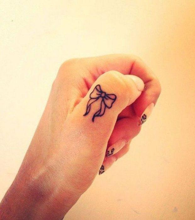 Petit Tatouage Noeud Sur Le Pouce Tatoo And Tattoo
