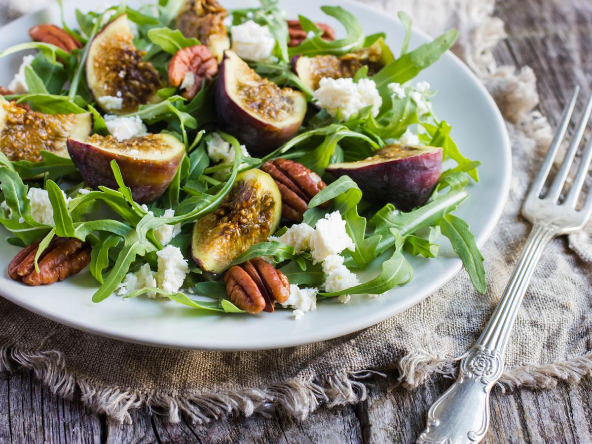 Dieser Salat verwöhnt die Geschmacksnerven mit der Süße von Feigen und Honig und der Würze von Rucola und Ziegenkäse. Sorgen Sie für Abwechslung an Ihrer privaten Salatbar. http://www.fuersie.de/kochen/rezeptideen/artikel/rezept-wuerziger-feigen-salat