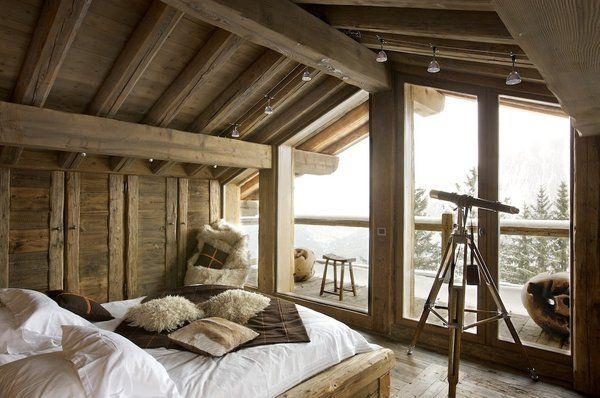 Perchée au dernier étage, une chambre douillette, habillée de bois ...