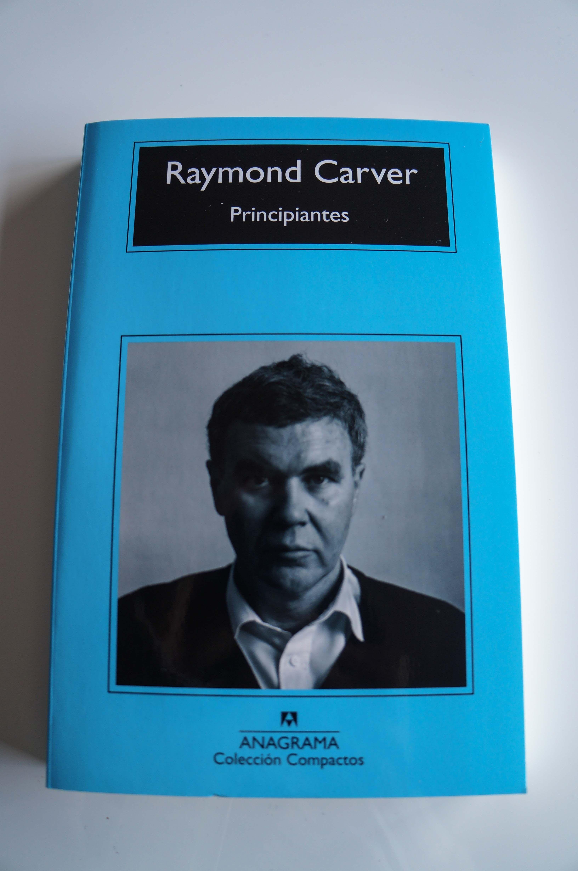 """Tim O'Brien dijo una vez de Raymond Carver: """"Utiliza el ingés como una cuchilla: talla piezas de prosa austeras y exentas de adornos, y para ello despoja a ésta de todo salvo del meollo mismo de la emoción humana."""" Principiantes es el libro de relatos más famoso de Raymond Carver- De qué hablamos cuando hablamos de amor- antes de pasar por tal proceso de tallado"""