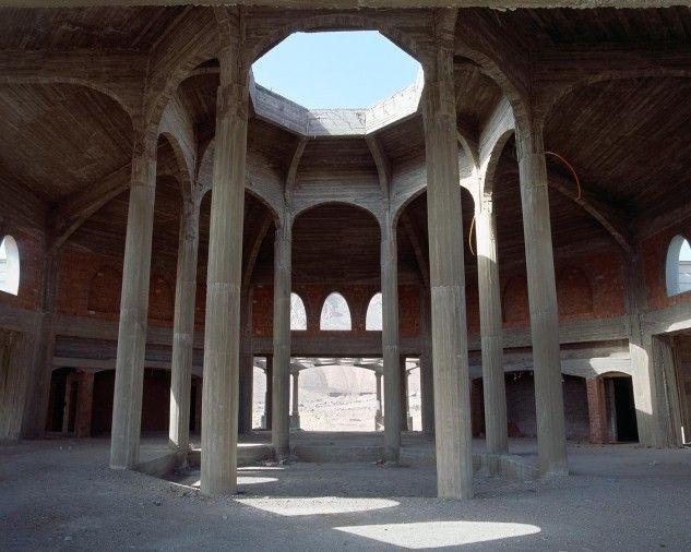Las ruinas del faraónico resort de lujo inacabado en medio del desierto de…