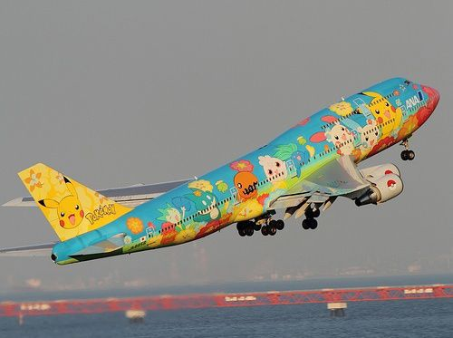 Giappone: la compagnia aerea ANA dipinge un Boeing 777 con i Pokemon