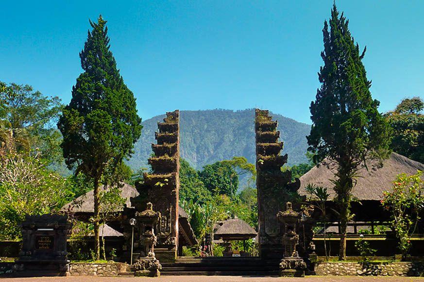Pura Batukaru adalah sebuah tempat suci Hindu yang terletak tepat di lereng gunung Batukaru Bali, selain sebagai tempat untuk bersembahyang yang sangat di sucikan oleh masyarakat Hindu Bali, Pura Batukaru juga terkenal sebagai tempat wisata yang banyak dikunjungi oleh wisatawan domestik maupun mancanegara. Bagi anda yang sedang liburan di Bali, bisa mencoba merasakan suasana tenang, damai serta segarnya udara pegunungan dengan mengunjungi obyek wisata Pura Batukaru ini. www.id.baliglory.com