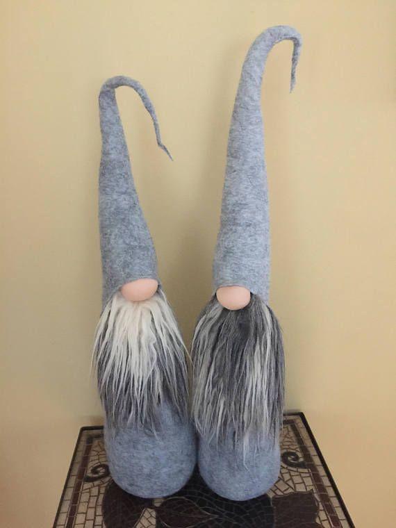 PROFILO: È per uno - fatti a mano grande Gnome.  Lo gnomo è circa 18 pollici di altezza.  Questi gnomi sono molto molli e fatto con materiali di alta qualità.  Bella decorazione per un ripiano o una scrivania.  Se avete domande, non esitate a messaggio Me! Grazie per essere