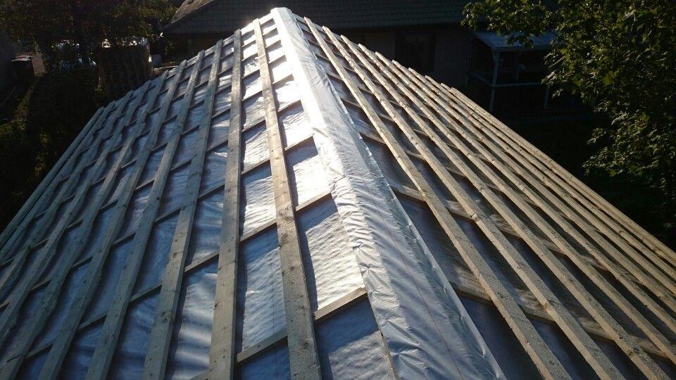 Aluskate ja kattoruoteet paikoillaan, tuulettuva harja. Heinäkuu.