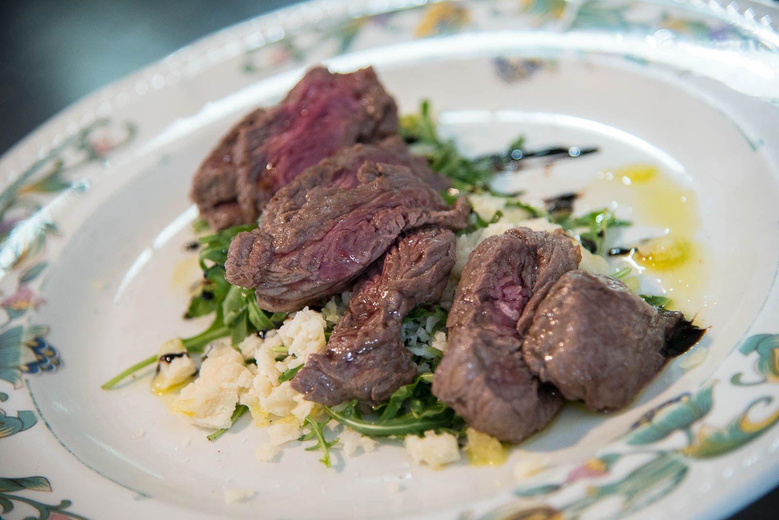 Tagliata di filetto di ternere su parmigiano dop 36 mesi e glassa balsamica di Modena