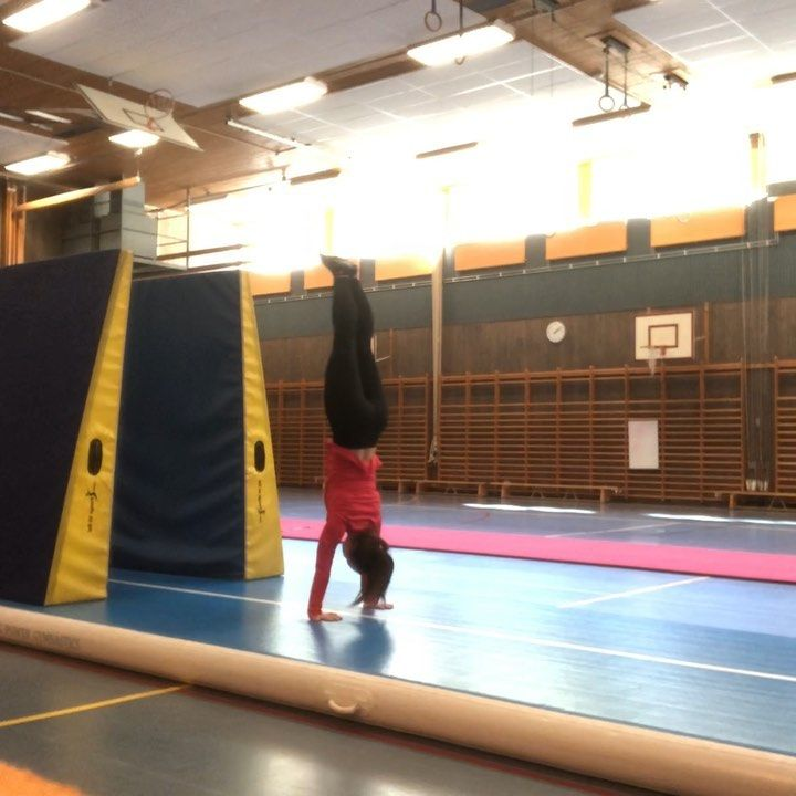 Handstand forward roll 🤸‍♀️ . . . . . #gymnastics #fit #fitness #exercise #doit #sweden #gothenburg...