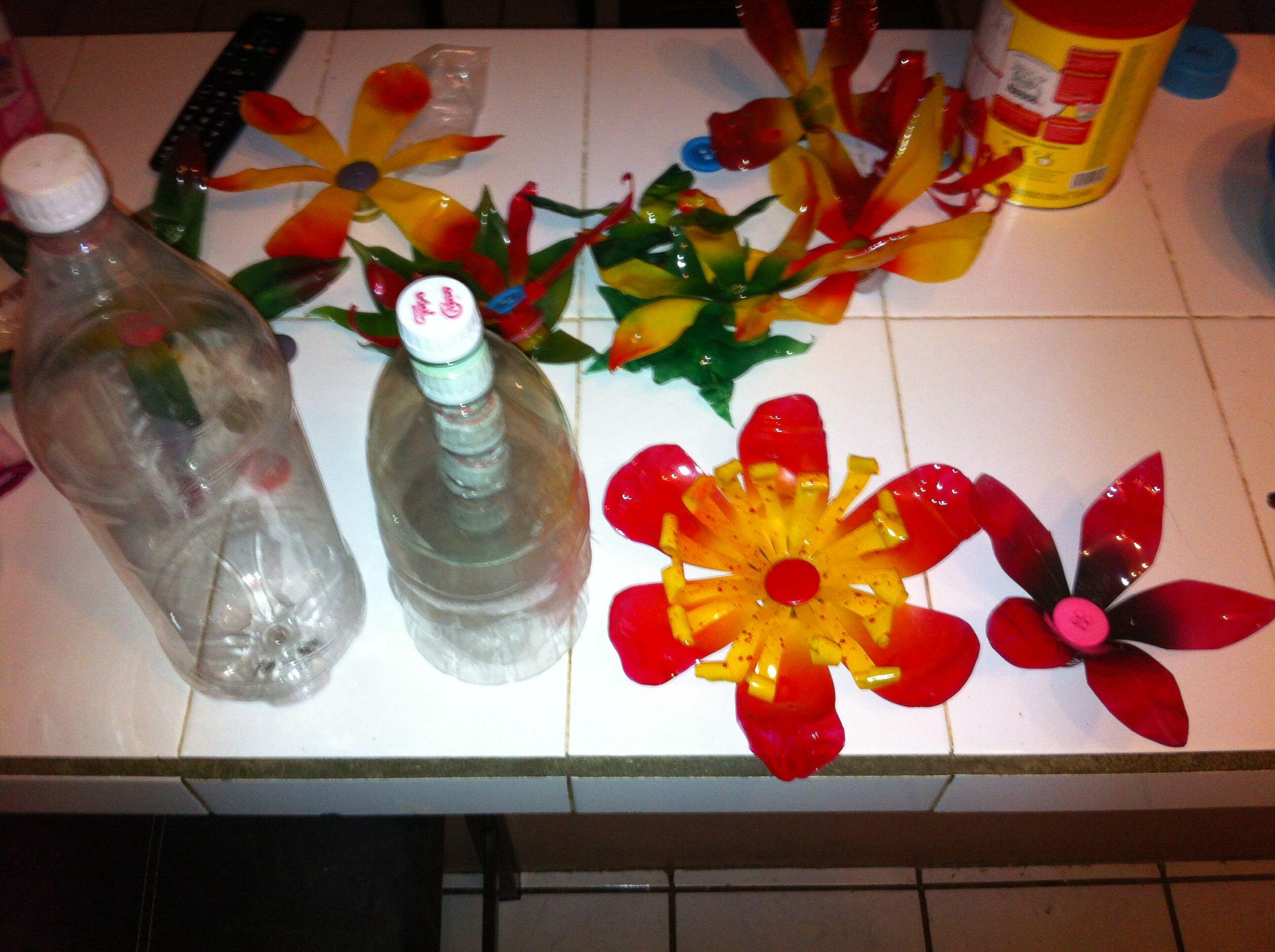 Transformación de una botella de plástico en objeto para decoración