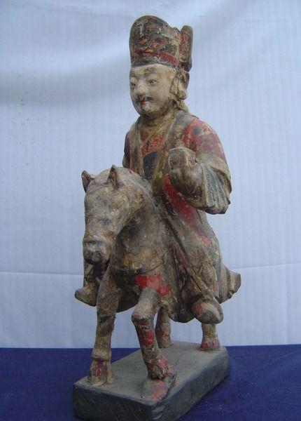 """Statue en bois polychromé d'un dignitaire chevauchant sa monture,vêtu de vêtements de haut fonctionnaire et coiffé d'un bonnet à masque de tigre.  Chine - Dynastie """"MING"""" 1368 à 1644  h: 46cm - Base: 22cm x 11cm"""