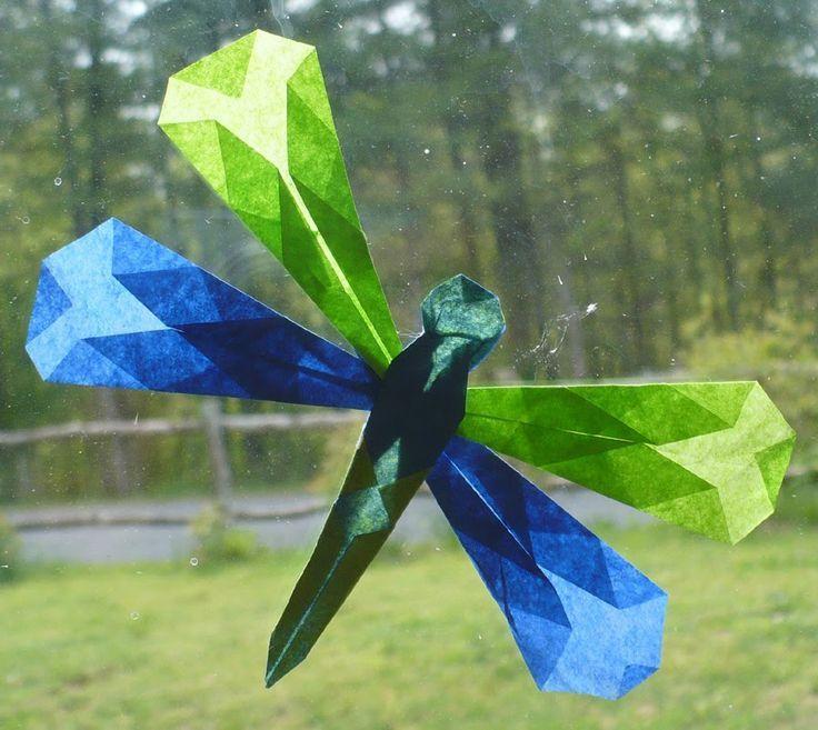 Libellen aus gefaltetem Transparentpapier (mit Bildern) | Basteln frühling fensterdeko, Basteln mit transparentpapier, Fensterdeko basteln