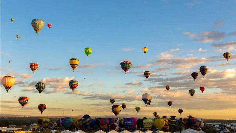 Dans un ciel d'été s'envole une multitude de ballons... Un festival de montgolfières haut en couleurs
