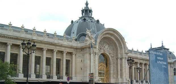 Le Petit Palais a été construit par l'architecte Charles Giraud. Sa facade fait environ 150 mètres de longueur coupée en deux par un monumental portail central et sa superficie est de deux hectares. Lors de l'Exposition de 1900 il accueillait la Rétrospective de l'Art Francais. Le Dome est doté de lucarnes et surmonté par une lanterne. L'ensemble du Petit Palais a la forme d'un trapèze avec une importante cour intérieure bénéficiant d'une décoration de grande qualité