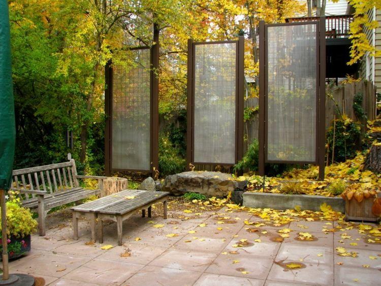 Sichtschutz selber bauen paneele aus glas und metall vor dem holzzaun garten garten - Sichtschutz paneele garten ...