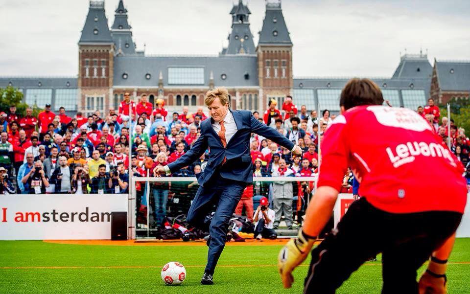 Koning Willem-Alexander doet de aftrap bij het 13de Homeless Worldcup event op 12 september 2015 in Amsterdam op het Museumplein