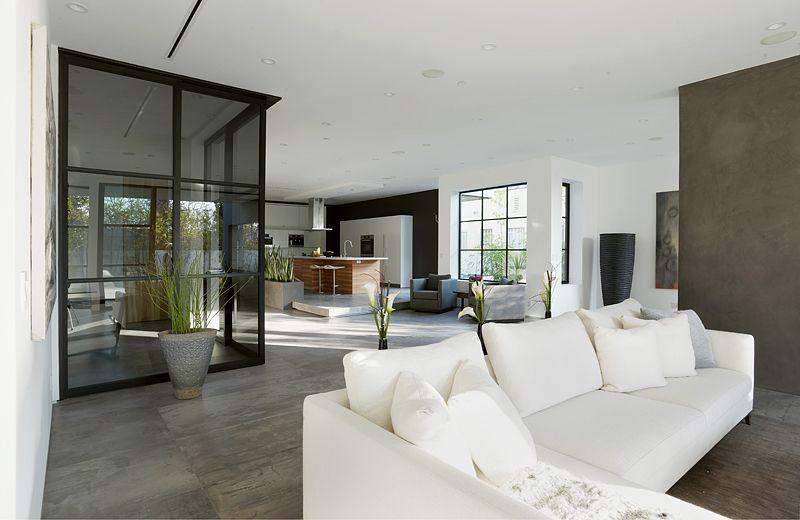 Dise o de moderna casa de dos pisos con aplicaciones de for Disenos de salas modernas