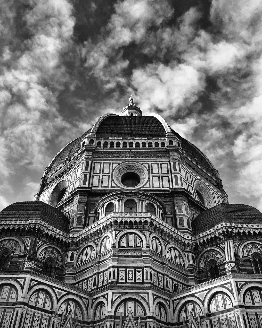 Una prospettiva un po' inquietante.  #Duomo #Firenze #blackandwhite #vsco #ig_firenze #justgoshoot #phototag_it #photooftheday #igfriends_toscana #igersitalia #vscogang #instadaily by lore_flood