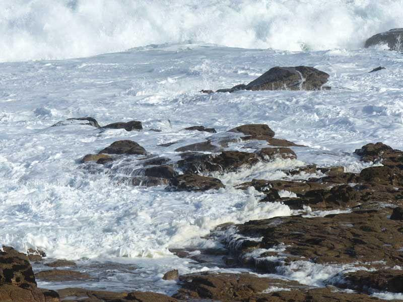 Par Un Vent Violent La Mer Agitée Vient Heurter Avec Force