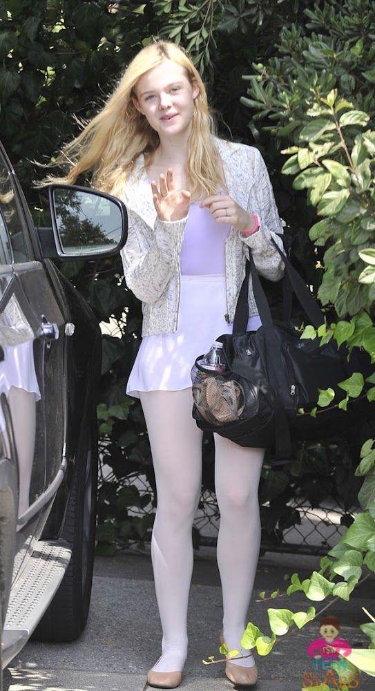 La estrella de Twixt , Elle Fanning , es todo sonrisitas, cuando ella deja su clase de ballet en Studio City, California , el sábado por la...