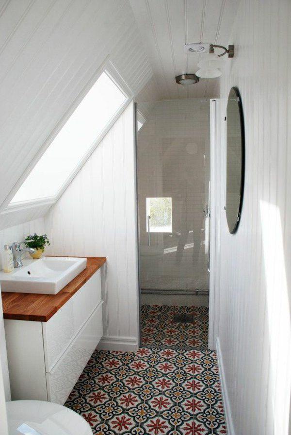 une salle de bain blanche sous combles