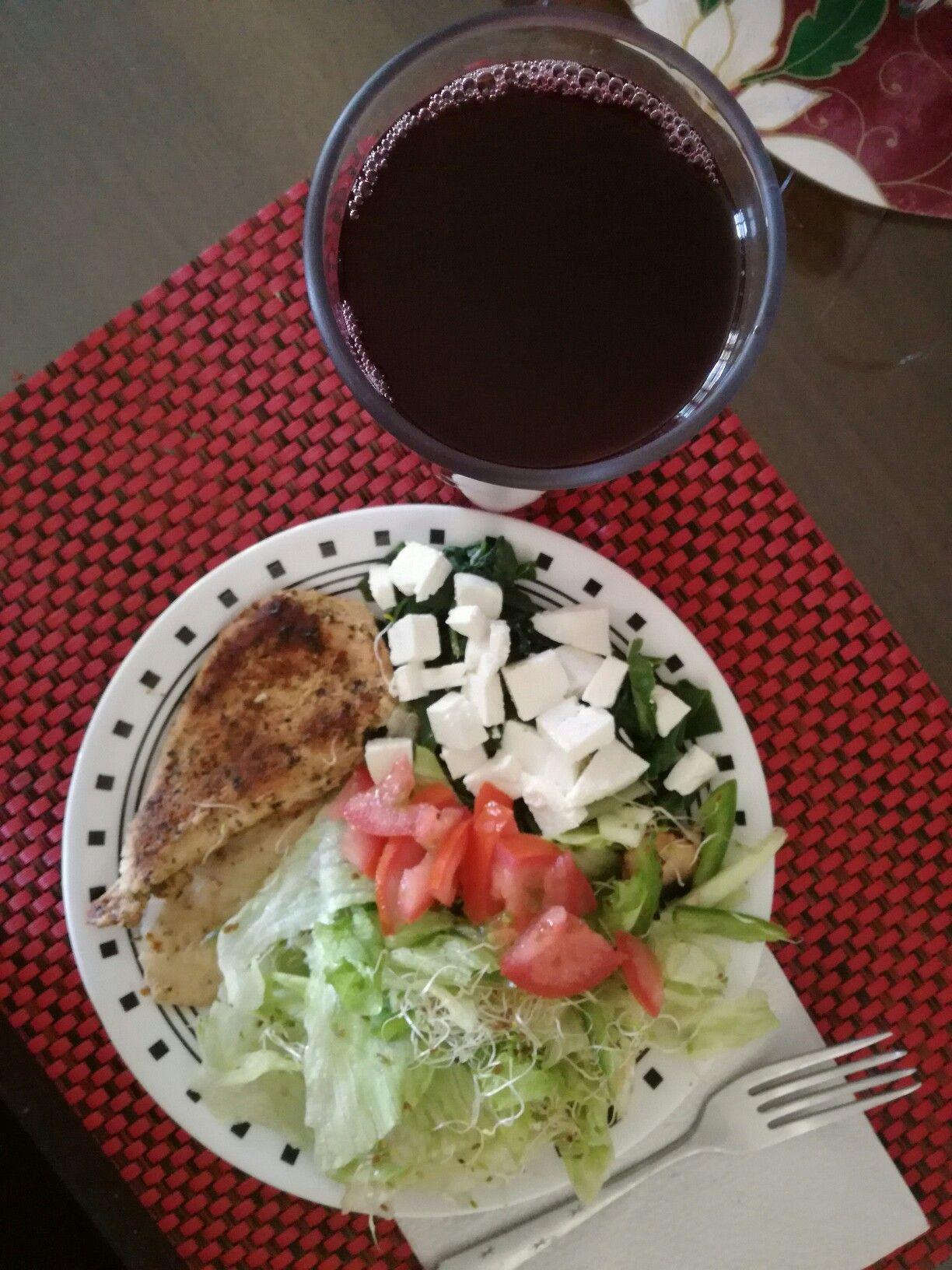 Pechuga de pollo, Acelga cocida con queso panela, Ensalada, Agua de jamaica