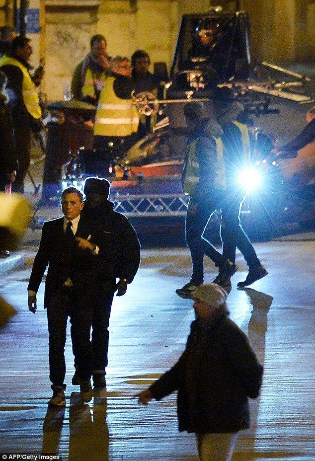 Daniel Craig prepares to shoot action scenes at night in Rome. 02/24/2015