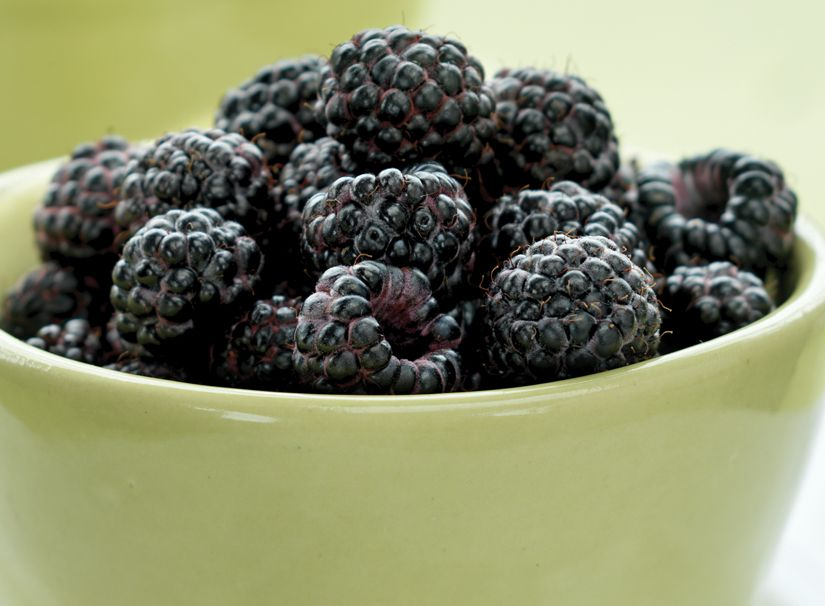The Difference Between Black Raspberries And Blackberries A Small Black Colored Raspberry With Very Small White Black Raspberry Natural Food Raspberry Seeds