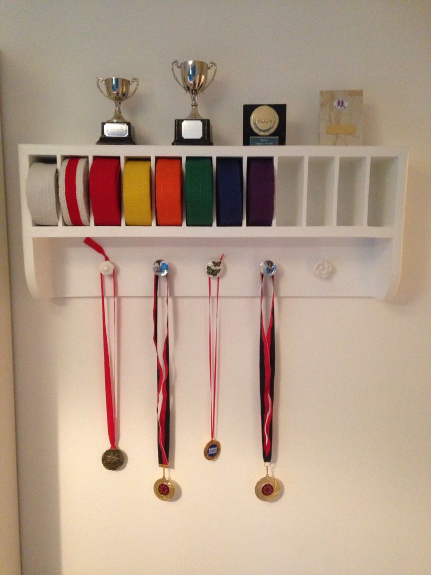 Martial arts belt rack great storage display for medals for Decoration chambre karate