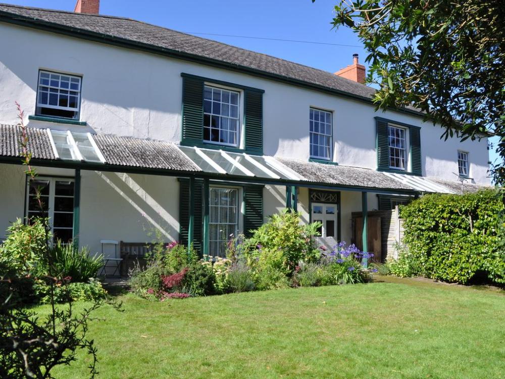 5  6 Bed  4 Bath Regency House   Flat In Walled Gardens In Heart Of Village  Night