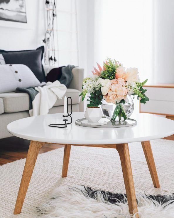Bialy Stoliczek Kawowy Z Dekoracja Kwiatami W Salonie Lovingit Pl Home Decor Traditional Decor Coffee Table