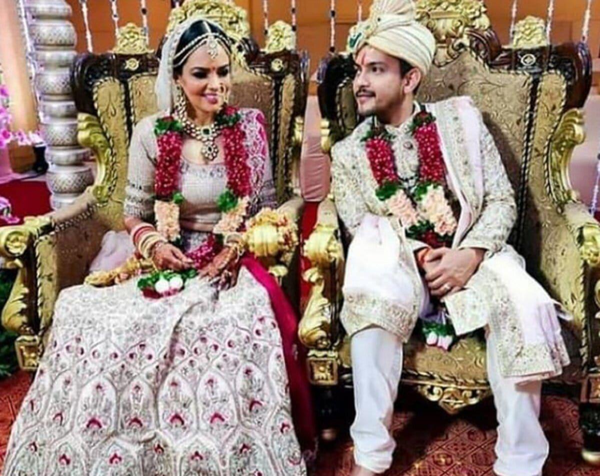 Aditya Narayan Marries Girlfriend Shweta Agarwal See Pics From The Wedding Celebrity Weddings Wedding Pics Indian Bride