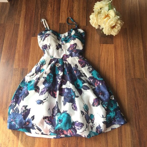 Floral dress In great used condition!!!  28.5 inch long🌺🌸🌷🌹 As u wish Dresses