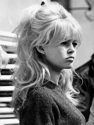 brigitte bardot eine legende wird 75 frisur haar und pony frisuren. Black Bedroom Furniture Sets. Home Design Ideas