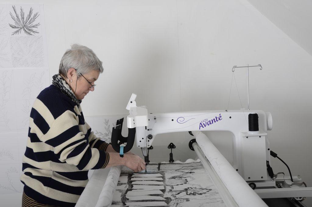 Pauline Burbidge using the Handi Quilter HQ18 Avante Photo ... : hq18 avante quilting machine - Adamdwight.com
