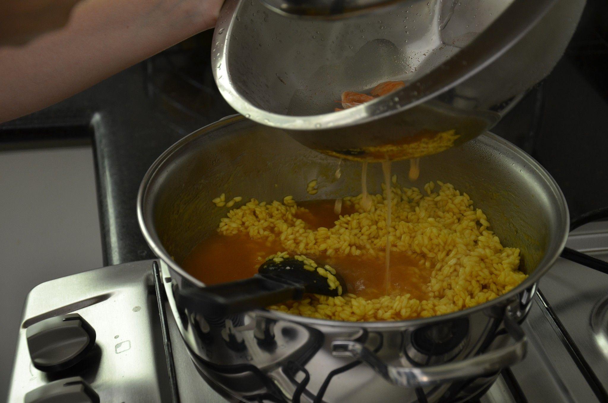 Acrescentando o caldo feito a partir das cascas do camarão.