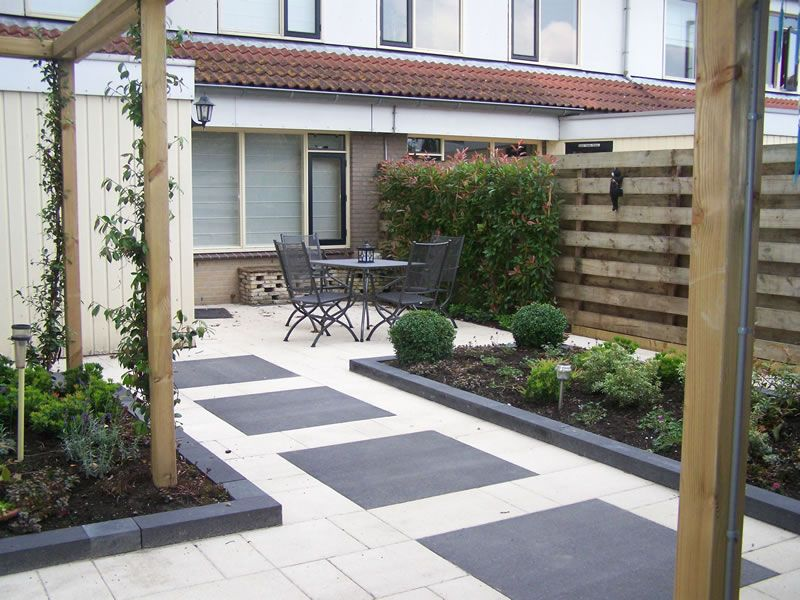 Strakke moderne achtertuin voorzien van pergola s tuin