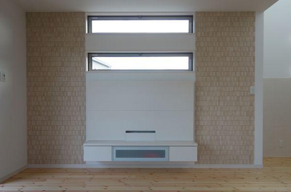 施工後です 窓とリビングボードの左右にエコカラットプラス ラフソーン ベージュ を張ったことにより窓とリビングボードが引き立ちます リビング エコカラット リビング リビング キッチン