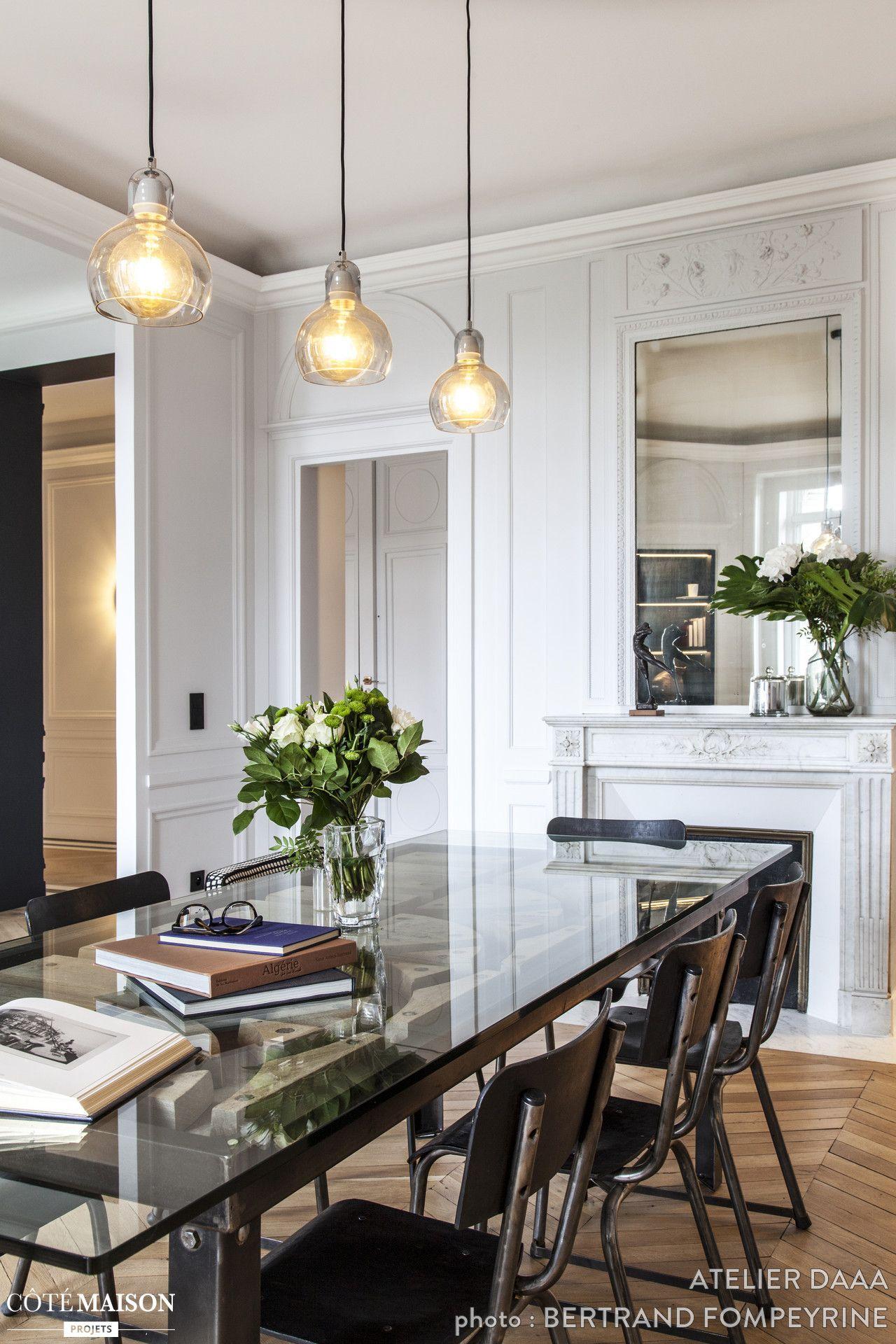 La Salle à Manger De Cet Appartement Parisien Su0027offre Une Grande Table En  Verre Tout En Transparence.