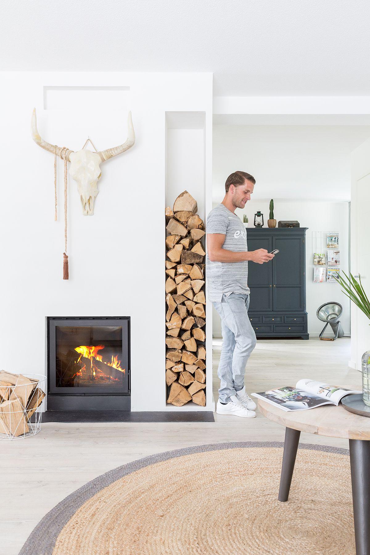 scandinavisch interieur met nis voor hout voor de houtkachel. #white ...