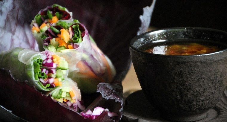 Spring rolls zien er niet alleen mooi uit maar zijn overheerlijk en gezond! Perfect om te serveren als aperitiefhapje, snelle lunch of lichte avondmaal.