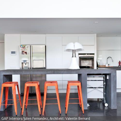 Barhocker am Küchentresen aus Beton - küchentisch mit barhockern