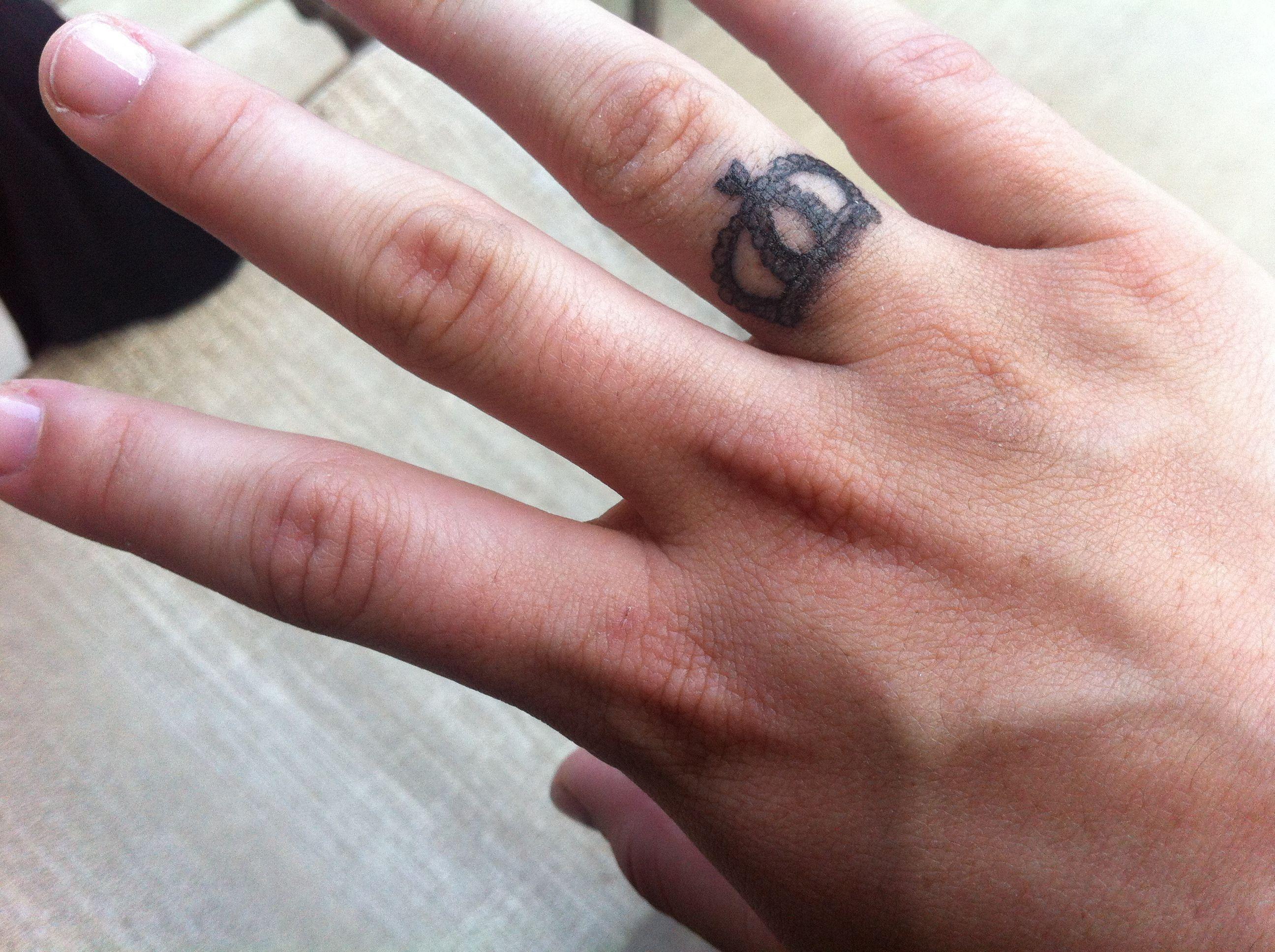 была строго тату на среднем пальце левой руки фото испытывают восторг