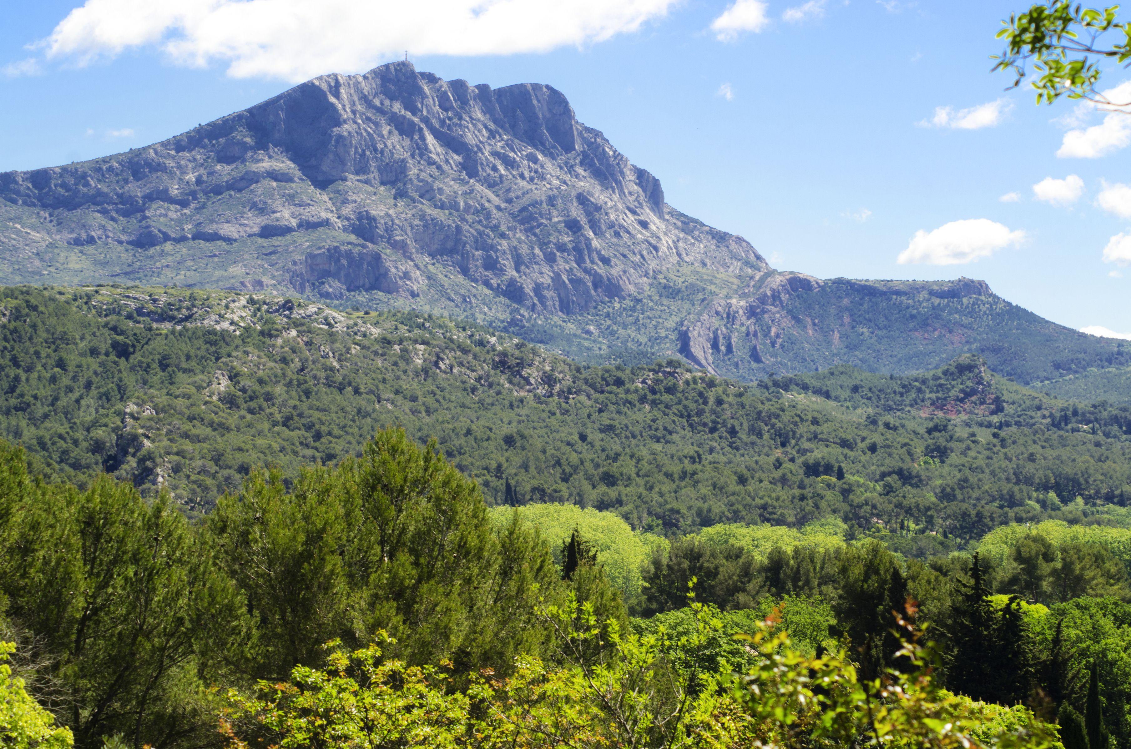 Une magnifique ville entour e de montagnes aix en for Abritel aix en provence