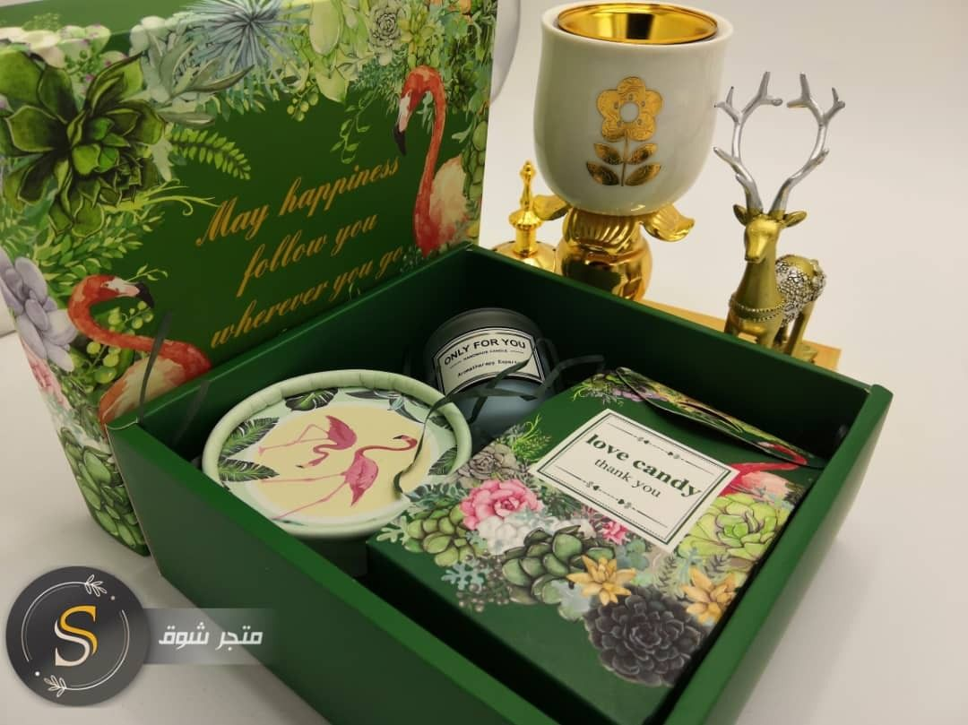 Lovely Gift Box Scented Candle Favor Box And Flamingo Painted Can هدية جميلة تحتوي على شمعة معطرة و بونبونيرة Decorative Boxes Green Nature Decorative Tray