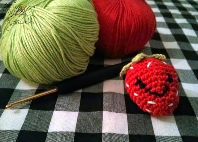 Kawaii strawberry amigurumi. Free pattern (spanish) by Noagurumis